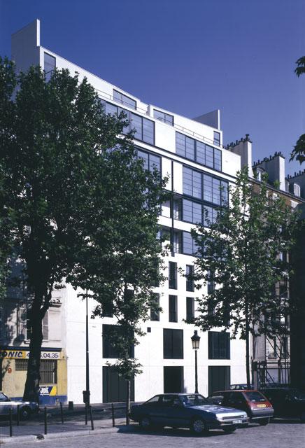 Un immeuble d'habitation à Paris, la façade sur le quai de Seine.