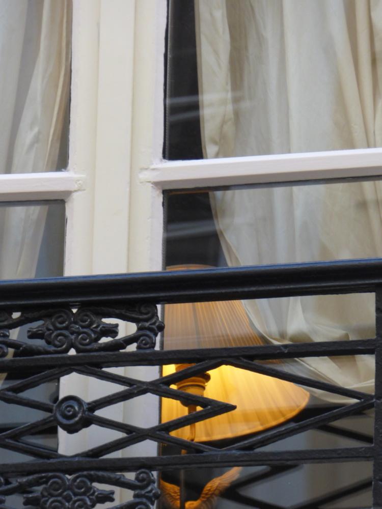 Une fenêtre reste pour celui qui erre la promesse d'une présence humaine.