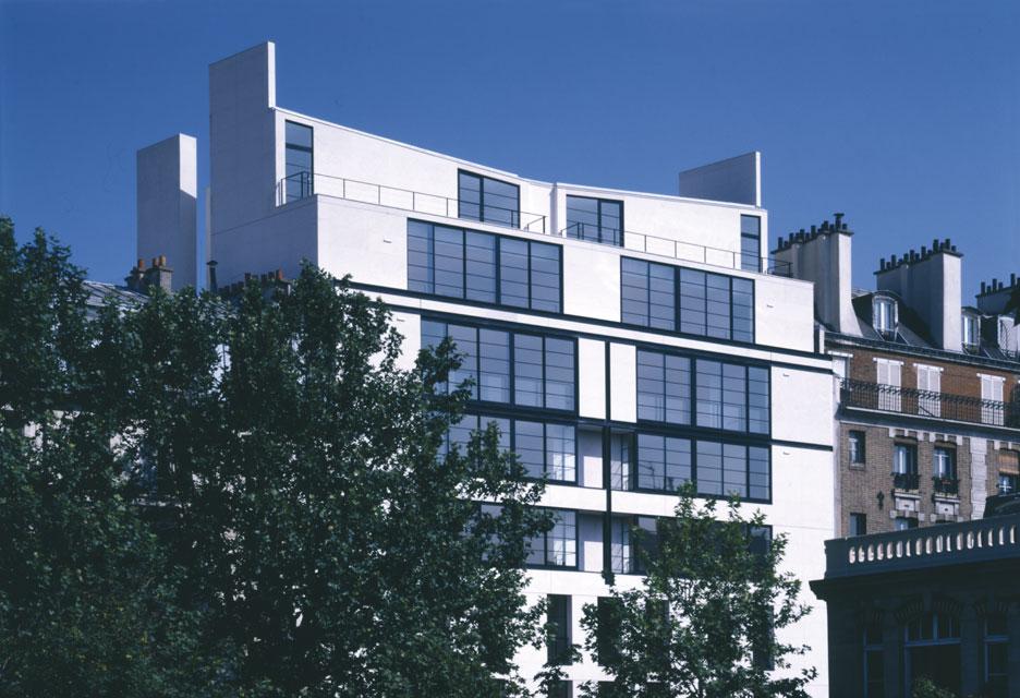 Un immeuble d'habitation à Paris, son couronnement sur le quai de Seine