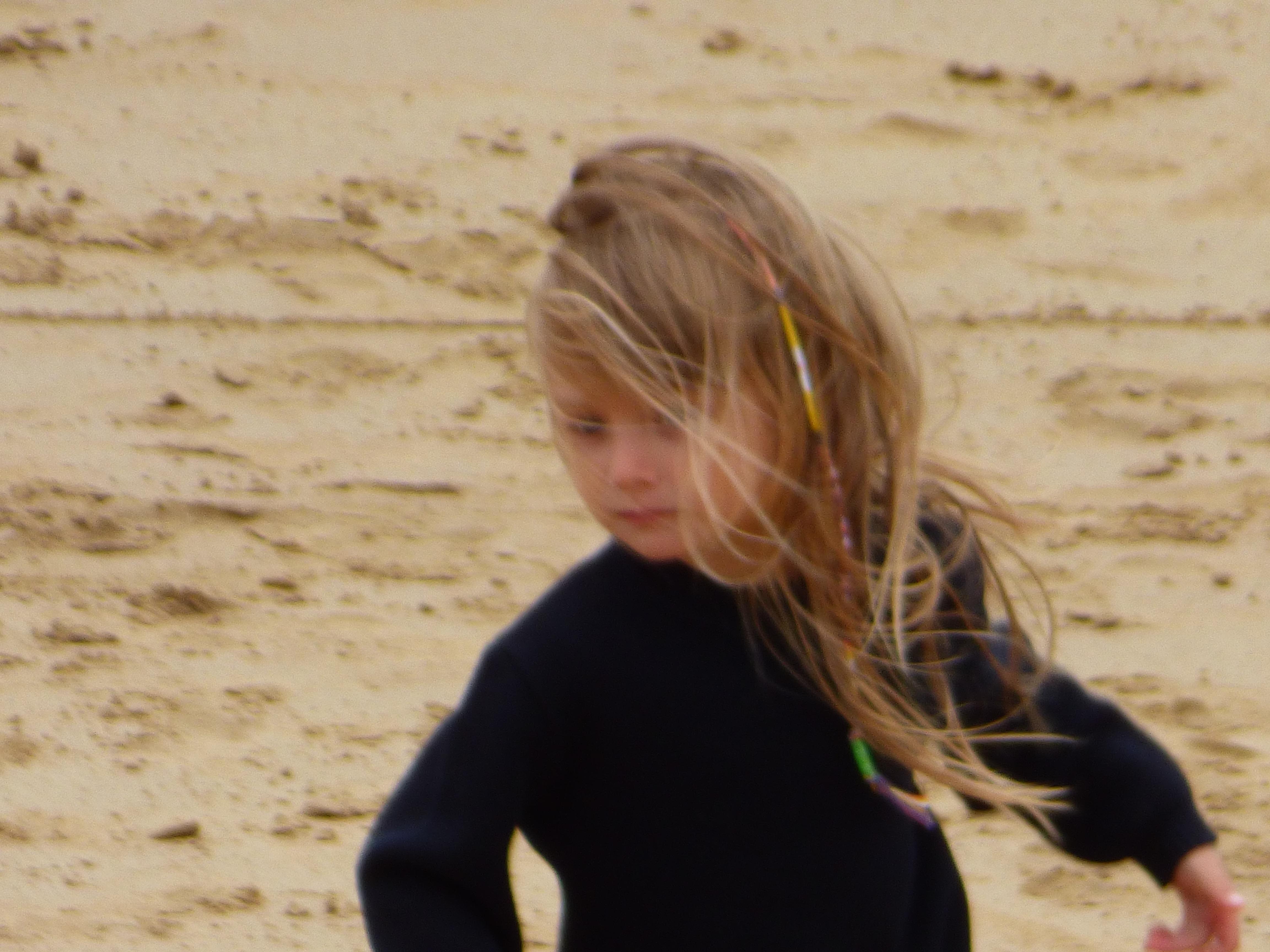 Sous le sable, un présent de son père ingénieur atomique, une ogive nucléaire pour petite Marie !