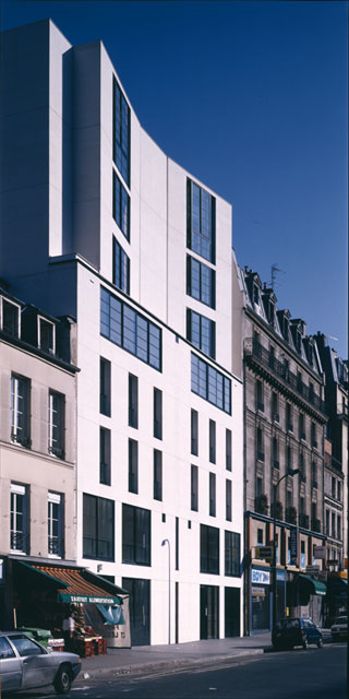Un immeuble d'habitation à Paris, la façade rue de Flandre.
